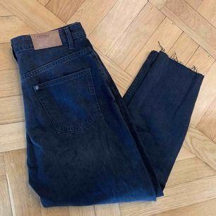 •svarta jeans med hål •kort modell •trasig dragkedja men går att stänga ändå, se bild 3