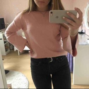 Fin tröja ifrån Zara i Spanien. Ganska använda så lite nopprig. Den har utsvängda ärmar och är lite längre i bak. Nypris ca 200kr. Köparen står för frakten