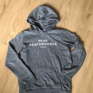Superfin hoodie ifrån Peak Performance. Köpt på kidsbrandstore för 599kr. Ganska så använd men inte något som syns på. Köparen står för frakten