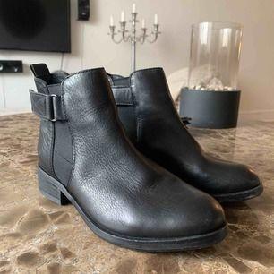 •skinn/läder skor •inköpta i london •nyskick, använda 2-3 gånger •reglerbart spänne