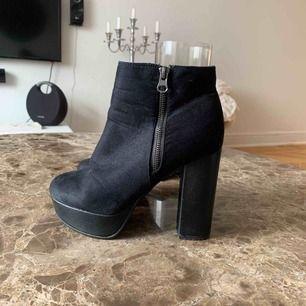 •svarta högklackade skor •mocka material •dragkedja på sidorna •använt skick