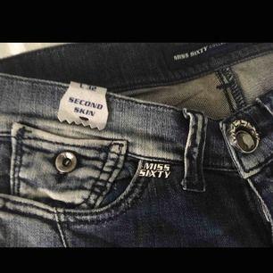 Alldeles nya jeans. Skitsnygga men min röv har växt tyvärr, så kan inte komma i dem 😭. Märket är MISS SIXTY. Låg midja och lite stretch . Snygga detaljer . Köpte dem för ca 1200kr , så detta är ett riktigt klipp.