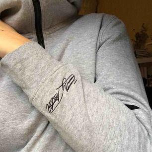 Säljer min jättesnygga Elly Pistol hoodie i storlek M men skulle passa S bra då den inte är stretchig! 💕Använd en del gånger 😄 har tagit ur snöret så den finns inte!  Nypris: 749kr 🌟