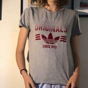 Adidas t-shirt i bra skick. Står L för barn men funkar som en S
