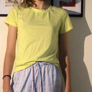 Basic gul tröja från bikbok i bra skick. Bara använts några få gånger.😊