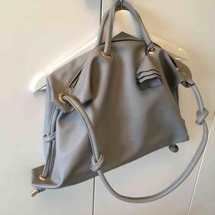 Ny ljusgrå väska från Zara med guld detaljer. Frakt kommer.