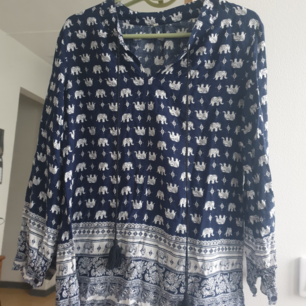 Fin blå blus med elefant mönster. passar storlek s. Kan skickas annars finns i Malmö