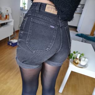 Svarta höga jeansshorts, står ingen storlek i men sitter bra på mig som har xs/s, frakt ingår i priset 🖤