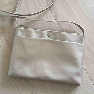 Silver liten väska från Reserved. Frakt kommer (39kr).