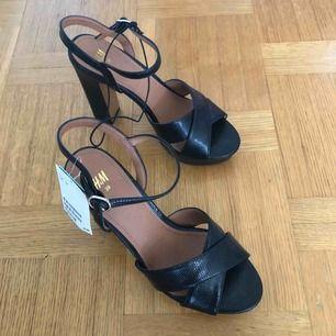 Snygga höga skor söker nytt hem. Aldrig använda. Jag tar helst swish betalning