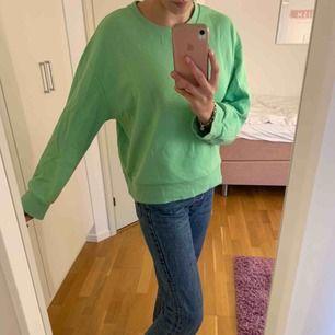 Jättemysig grön sweatshirt! Från zara. Använd cirka 4 gånger.