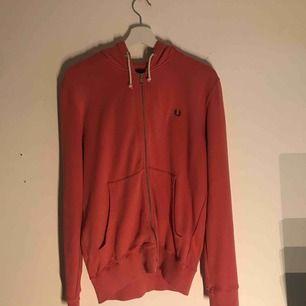 En FREDPERRY tröja, sparsamt använd i strl M. 200 inkl frakt