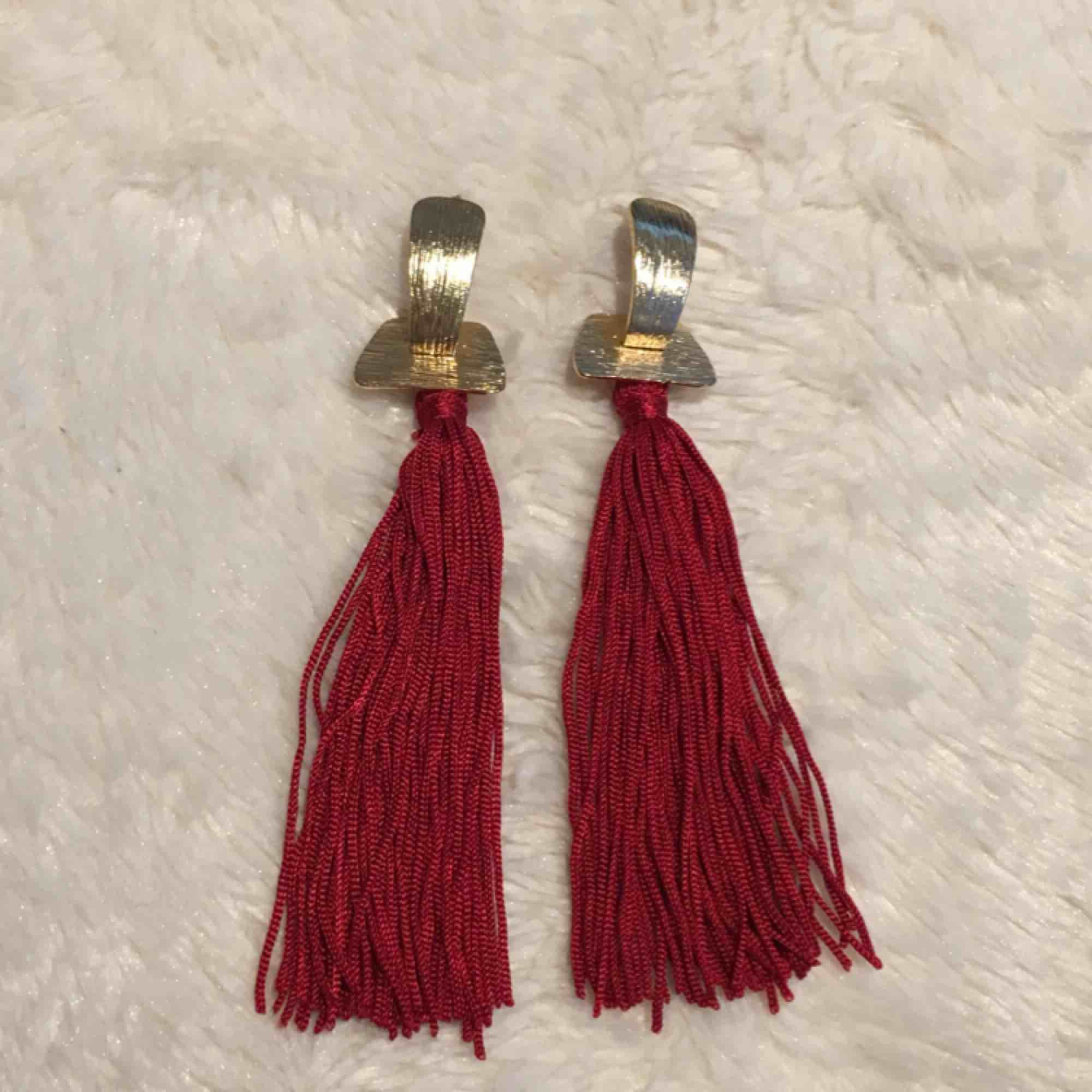 Två par guldörhängen. Hela och fina. Kan kombineras med andra smyckesannonser för lägre pris :) . Accessoarer.