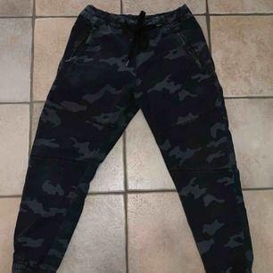 Jätte härliga armé byxor från Pull&Bear i storlek 34 (L)! Säljes pga passar inte längre. Kan mötas upp i Stockholm annars står köpare för frakt!