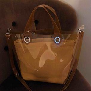 🐒superfin kolafärgad transparant väska. Köpt för 549kr. Aldrig använd! Kontakta för fler bilder.
