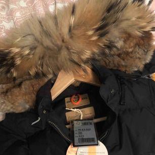 Parajumpers vinterjacka i modellen Longbear, fin fyllig päls, har tagit hand om den så den är väldigt fräsch, inga defekter. har kvar lapparna som ni ser på bilden!