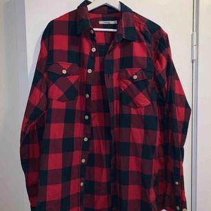 Flanellskjorta från Dressman i storlek XL. Perfekt som oversized skjorta! Kan mötas upp i Stockholm annars står köpare för frakt!
