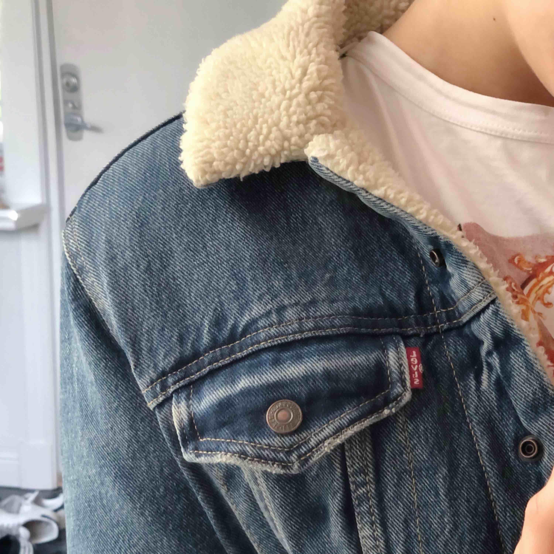 Säljer min jacka från Levis, väldigt snygg med ett jätteskönt material inuti. Köpte den för ca 700-1000 kr kommer inte ihåg exakt. Skulle säga att den är mer som en 36 än en 38💖. Jackor.