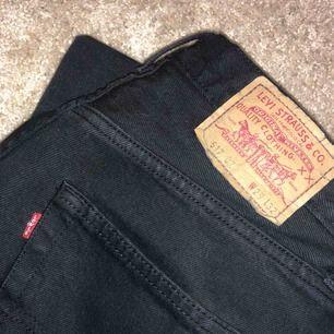 Mom jeans från Levis. Använda men fortfarande i bra skick! Köpta här på Plick, men säljer då de är lite för stora för mig
