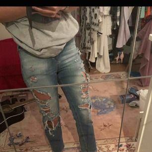 Ett par blåa, ripped jeans från Pull&Bear! Midjestorlek kanske 25-26 om jag får gissa, men passar antagligen även mindre. De kommer hänga lösare än på bilden, anledningen till att de är tajta är att de är för små för mig. Tveka inte att ställa en fråga!