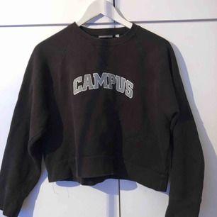Vintage tröja köpt här på plick men kommer ej till användning längre✨ Står storlek 158/164 men passar XS. Är aningen kortare än en vanligt tröja⚡️ Köparen står för frakt