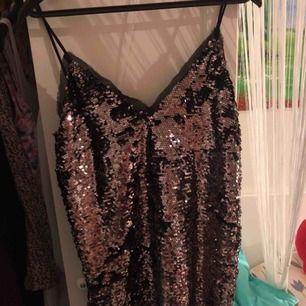 En paljett-tröja, köpt för ca 249 kronor och använd 2 gånger. Perfekt till fest eller disco! Tveka inte att ställa en fråga:)