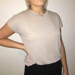 En simpel beige tröja från Ginatricot! Hör av er vid intresse eller frågor!!❤️