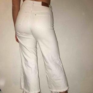 Ett par jeans från HM med slitning nertill! Hör av er vid intresse! ❤️