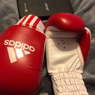 Säljer mina boxningshandskar men fungerar till vilken kampsport som helst egentligen. Nypris 400, mitt pris 200kr!  Möts i Gbg eller fraktar vart som helst, storlek XS & använda max 3 gånger.