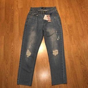 Säljer ett par mom jeans high waist från boohoo pågrund av fel storlek. Bara testat dem en gång.   Köparen står för frakten