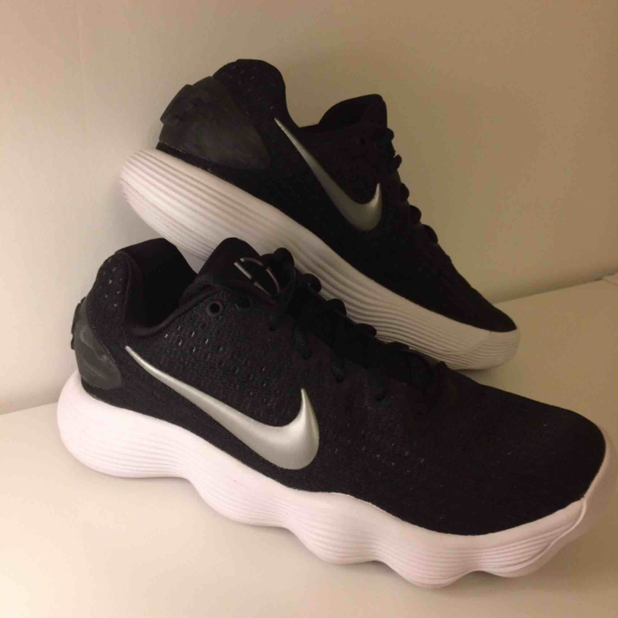 Nike Hyperdunk Low. Helt nya basketskor, storlek 38, 24 cm. Köparen står för frakt.. Skor.