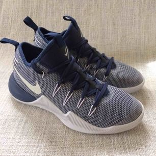Nike hypershift. Snygga basketskor, aldrig använda. Storlek: EUR 37,5, 23,5 cm. Köparen står för frakten.