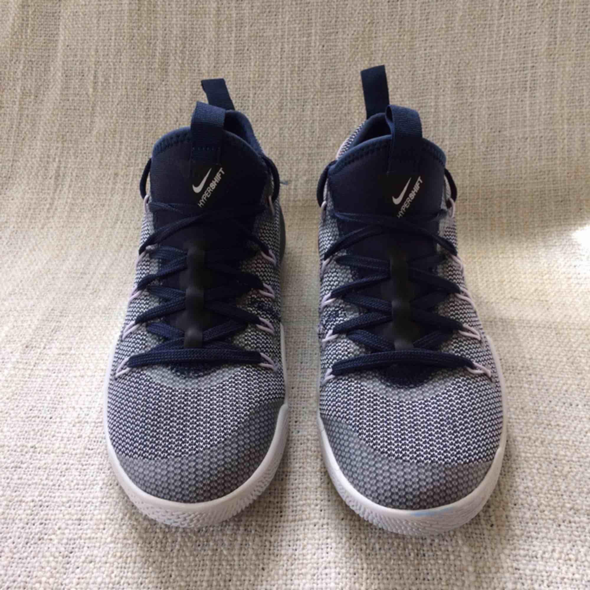 Nike hypershift. Snygga basketskor, aldrig använda. Storlek: EUR 37,5, 23,5 cm. Köparen står för frakten.. Skor.