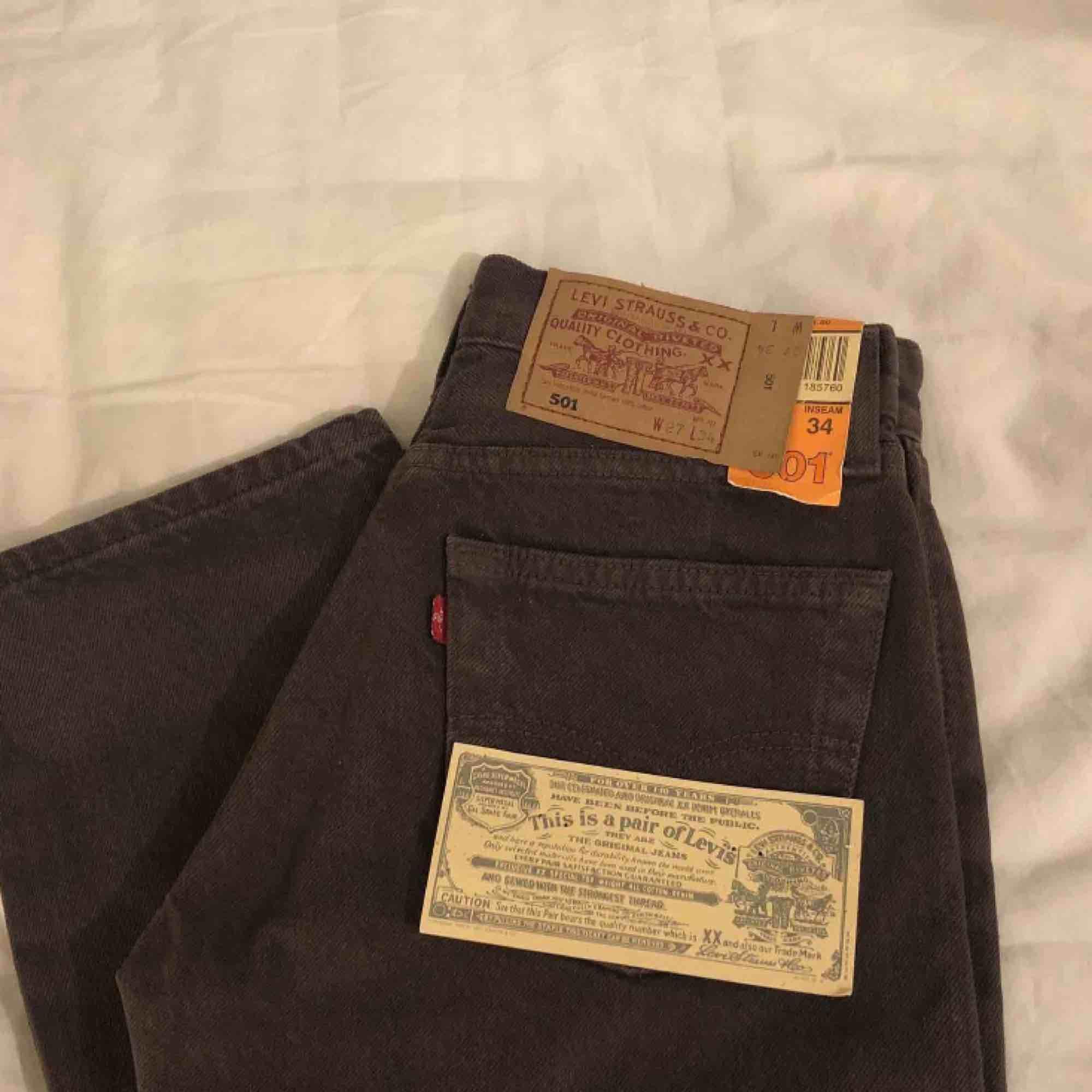 Ett par jättesnygga Levi's Jeans i modellen 501! Helt nya, lappen kvar. Tyvärr för små för mig:(   W27 L34 enligt etiketten men skulle säga att de e typ 32 i benen:) . Jeans & Byxor.