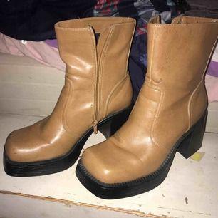 Svinsnygga skor jättefint skick, några små fläckar man inte tänker på!