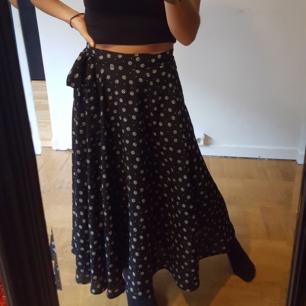 Omlott kjol i storlek 34 (passar till och med 38) Frakt tillkommer. Eller kan mötas up i centrala Stockholm