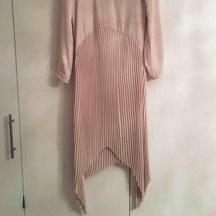Ny klänning, köpt i aug i år , aldrig använd.prislapp kvar. Nypris 799kr, säljes för 250 .stlk 34.skickas mot porto
