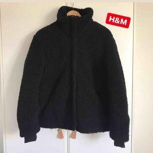 Bästa teddyjackan från H&M i storlek M. Slutsåld och populär modell från förra året. Perfekt att den går att knäppa hela vägen upp i kragen så slipper man frysa om halsen! 400:- ink frakt.