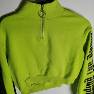 Neon grön crop Tröja från H&M I bomull, med tryck på ärmarna. Jag är 172cm lång den sitter precis på mig.