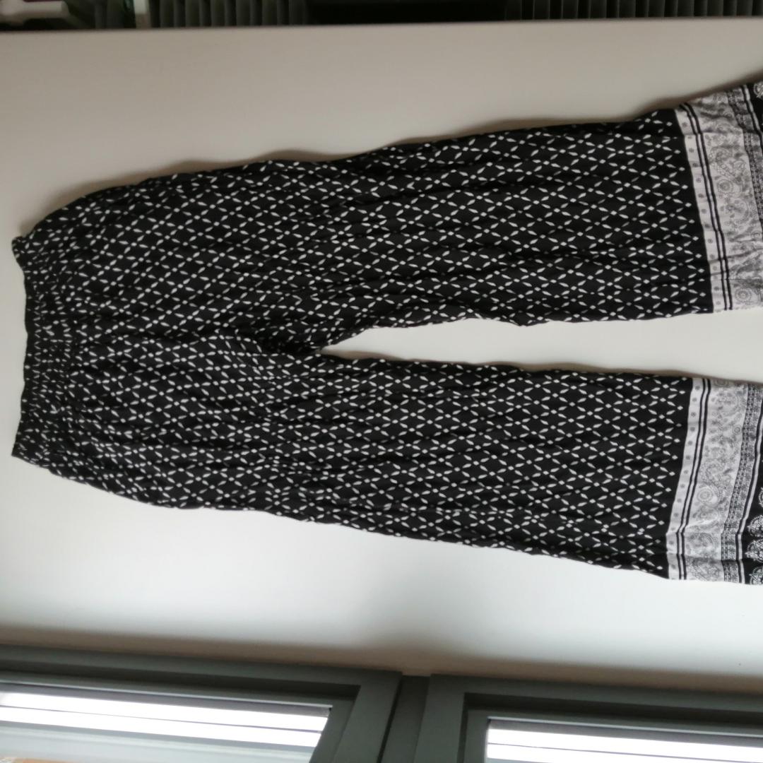 Coachella H&M vida byxor jättesköna och luftiga. Är tyvärr för små på mig passar strlk 36.. Jeans & Byxor.
