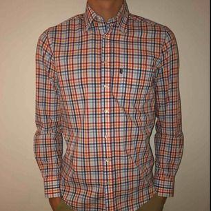 Två märkes skjortor från PARK LANE och Esprit. De är knappt använda. Kan skicka fler bilder om det önskas! (Pris kan diskuteras om du kan köpa dem i Lund.)
