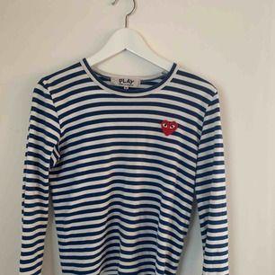 Säljer min cdg play tröja (Comme des Garcons) den är i modellen longsleeve och är navy/blå med rött hjärta. Tröjan är i mycket gott skick. Köpt på Paul Friends för 1395kr.