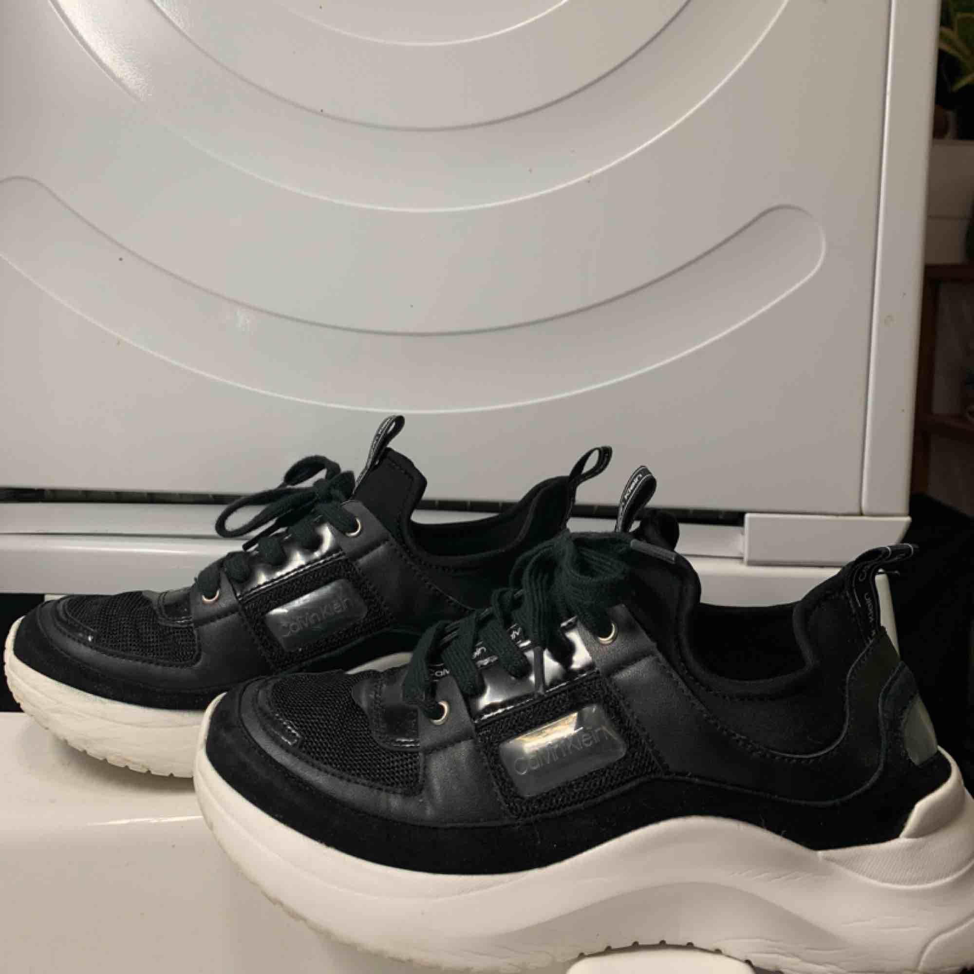 super snygga Svarta chunky calvin klein skor st 37 Köpta för $120 i USA Använda en gång men kom inte mer till användning då de är för små för mig. Jättebra skick✨. Skor.