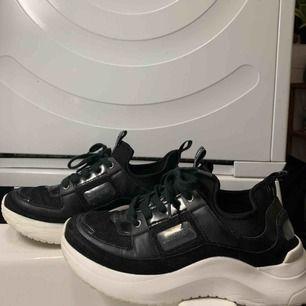 super snygga Svarta chunky calvin klein skor st 37 Köpta för $120 i USA Använda en gång men kom inte mer till användning då de är för små för mig. Jättebra skick✨