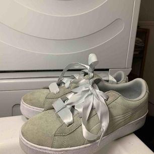 Supersnygga skor ifrån puma med band Lite grågröna i färg använda en gång, köpta för 999kr