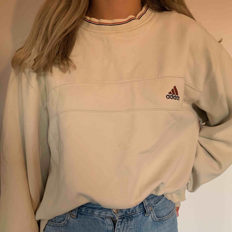 Beige tjocktröja från som är köpt på secondhand humana, storlek S/M. Huvtröjor & Träningströjor.