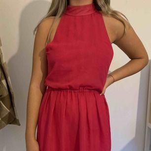 Jättefin rosa klänning från dry lake i storlek S. Säljer pga att jag aldrig använder den