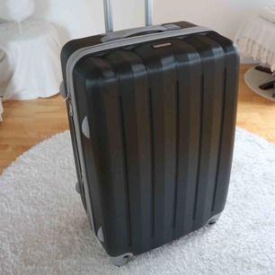 Resväska från Pacific Coast Signature: Köpt i maj 2019 i San Diego. Rymmer minst 20 kg.  Hård plast. 4 hjul. Innerfack med både nät med dragkedja samt två stora fickor. Endast använd en gång, inga skador - precis som ny!