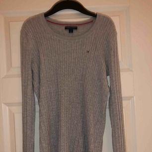 Säljer min Tommy Hilfiger tröja då den tyvärr inte kommer till användning, hör av er om ni önskar fler bilder med tröjan på!🥰