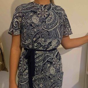 Blå fin klänning från H&M i storlek M